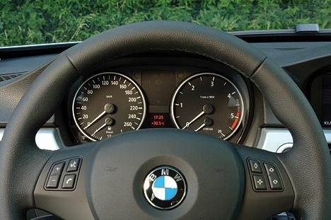 Armaturenbrett bmw  Foto (Bild): Das Armaturenbrett der BMW 3er Touring (angurten.de)