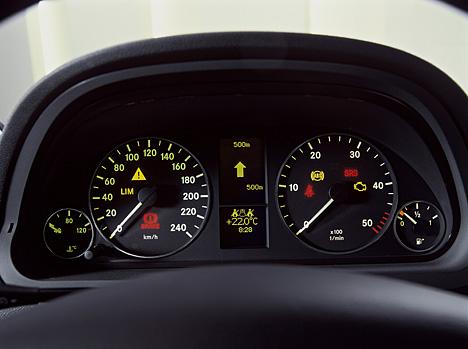 Armaturenbrett mercedes  Foto (Bild): Mercedes-A-Klasse: Armaturenbrett (angurten.de)