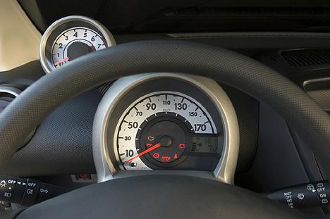 Foto Bild Peugeot 107 Cockpit Tacho Angurten De
