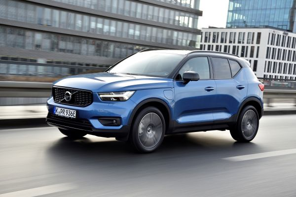 Volvo XC40 T5 Twin Engine R-Design mit Plug-in Hybridantrieb, Außenfarbe Bursting Blue Metallic mit Kontrastdach in Black Stone. // Foto: VOLVO