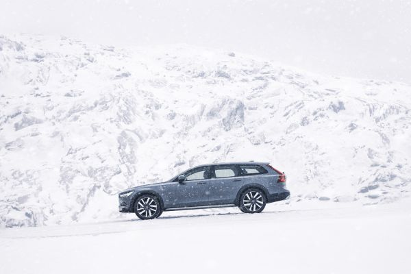 Der Volvo V90 B6 AWD Cross Country in der Farbe Thunder Grey. // Foto: VOLVO